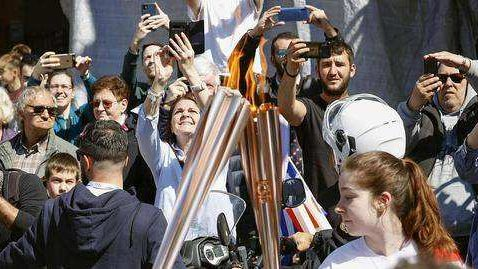 图片[1]-奥运火炬希腊传递现场混乱无人戴口罩 被紧急叫停-金瓦刀